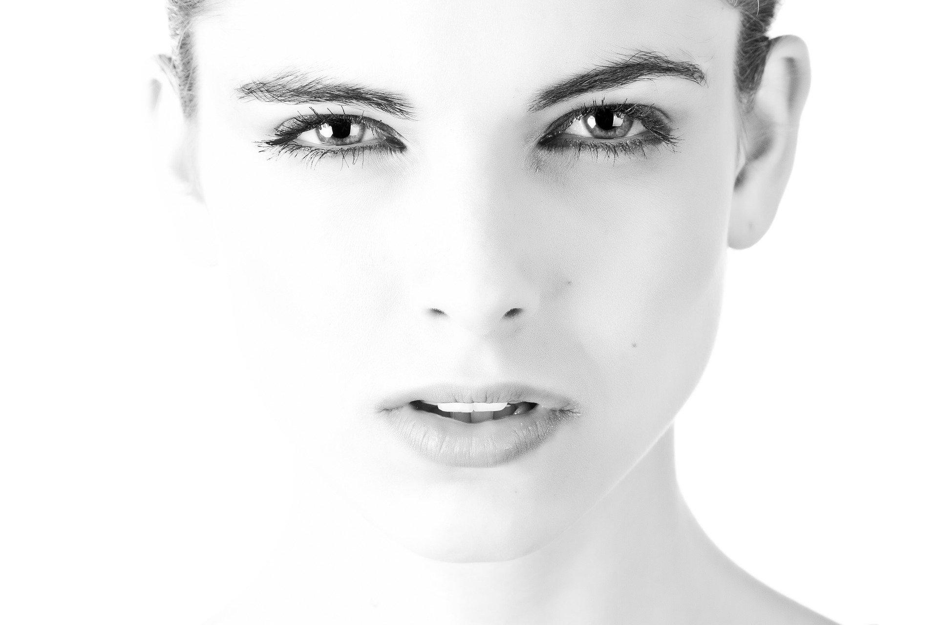 Hnedé a tmavé pigmentové škvrny v tvári
