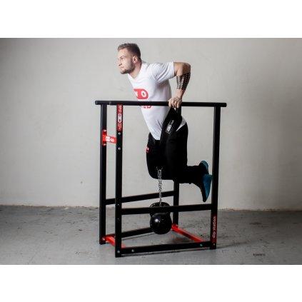 Workout bradla WOCLUB DIP STATION weighted calisthenics parallel bars na trénink spřidanou váhou, hlavně tricepsové kliky s přidanou vahou.