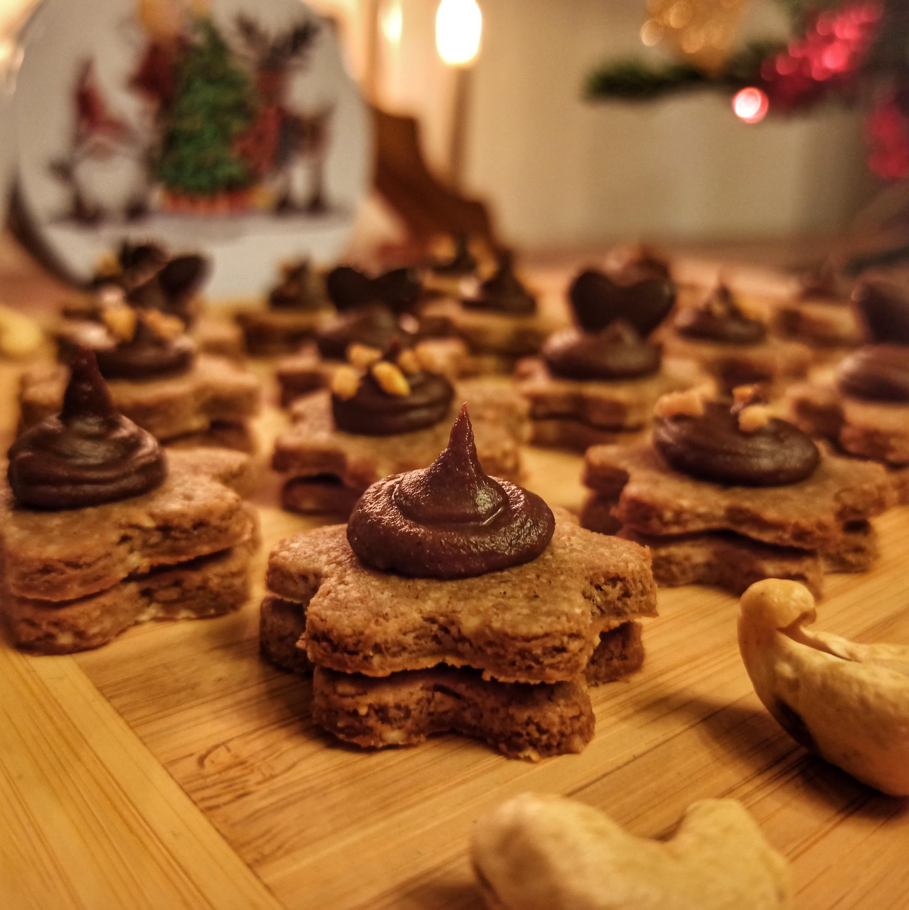 Vánoční oříškově-máslové sušenky s krémem (bez cukru)