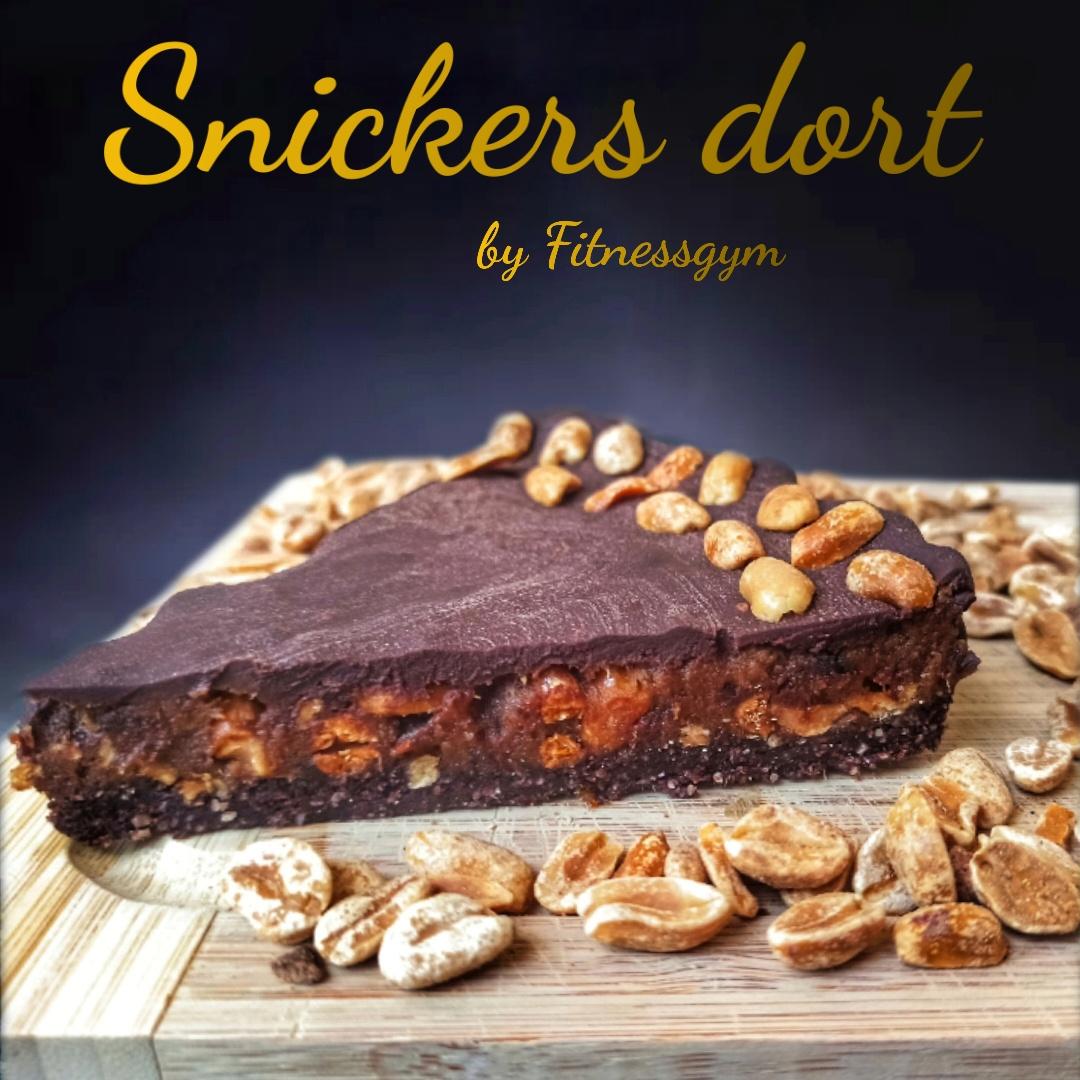 Snickers dort s datlovým krémem a čokoládovou polevou
