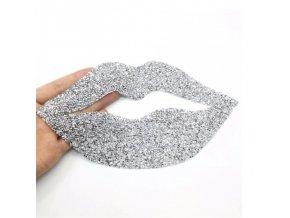 Oblečení - nažehlovací nášivka na oblečení ve tvaru pusy s kamínky - nášivky