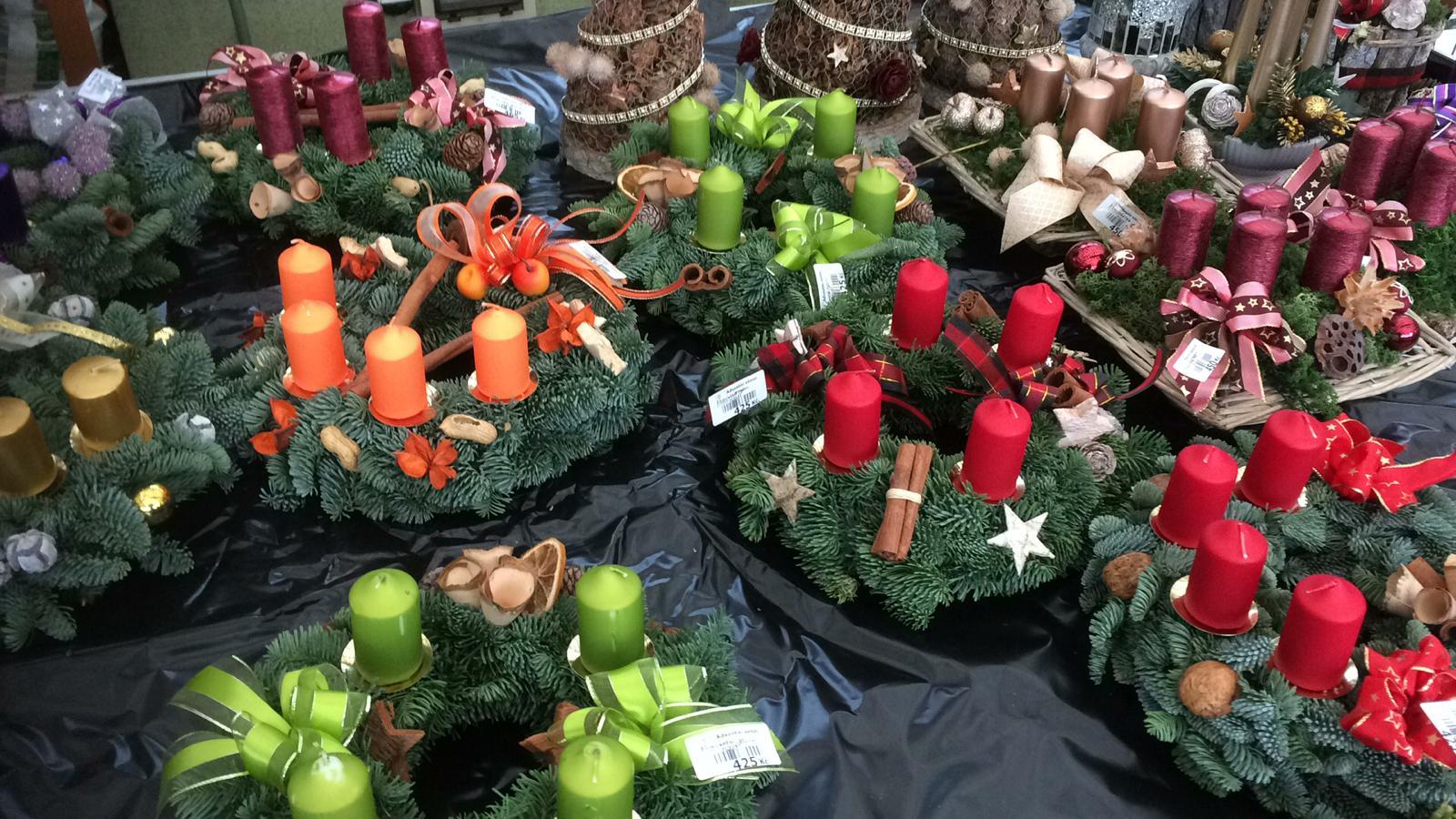 Adventní věnce, svíčky, vánoční stromky... Přijďte si pro ně do Flora Centra!
