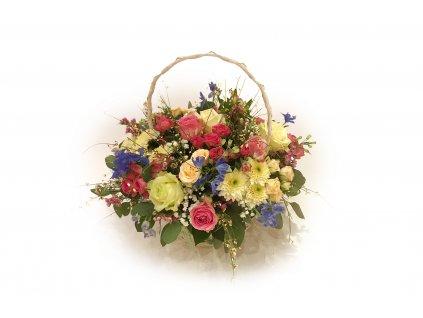 Jarní košík Žofie: růže, chryzantéma, delphinium, alstromerie, ginster