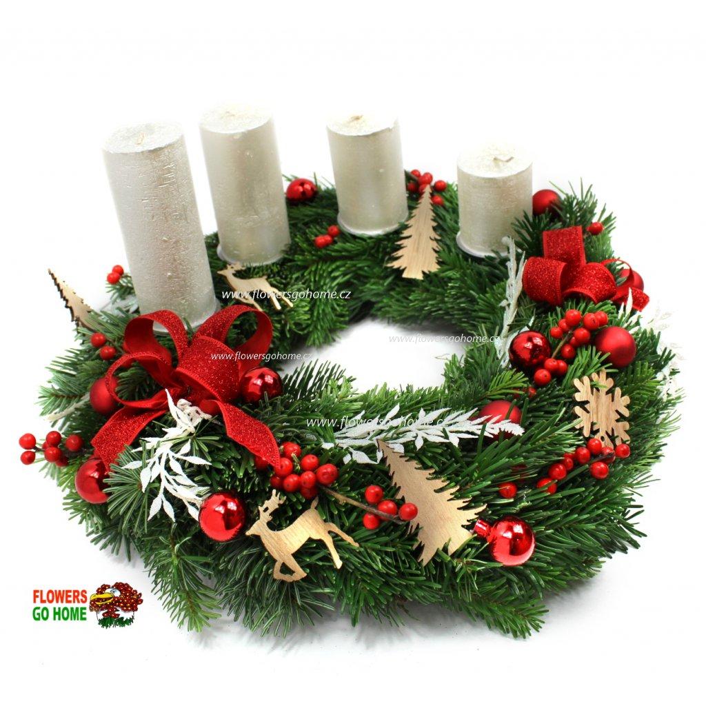 Adventní věnec červený bílé svíčky