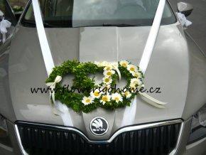 Svatební dekorace na kapotu vozu