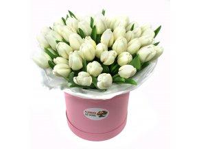 Bílé tulipány v krabici