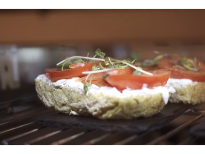 Bezlepkový chléb s tvarohem a rajčaty
