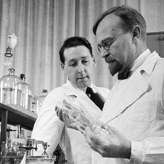 Aleksandr_Oparin_and_Andrei_Kursanov_in_enzymology_laboratory_1938b