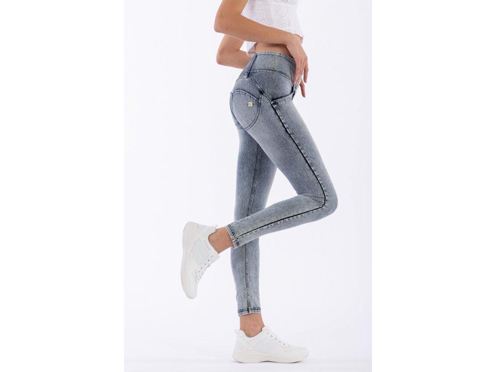 Freddy kalhoty v džínově modré seprané, prošití nad zadečkem, střední pas, knoflíky, skinny střih