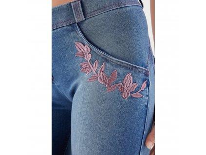 Freddy kalhoty ve světle modré džínové barvě, výšivky květin, normální pas, skinny střih, 7/8 délka