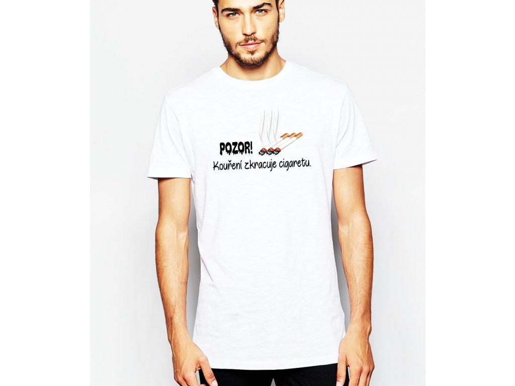 pánské bílé tričko kouření zkracuje cigaretu - vtip