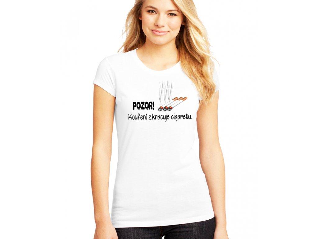 dámské bílé tričko kouření zkracuje cigaretu