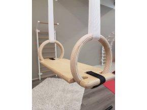 dřevěná houpačka ke gymnastickým kruhům