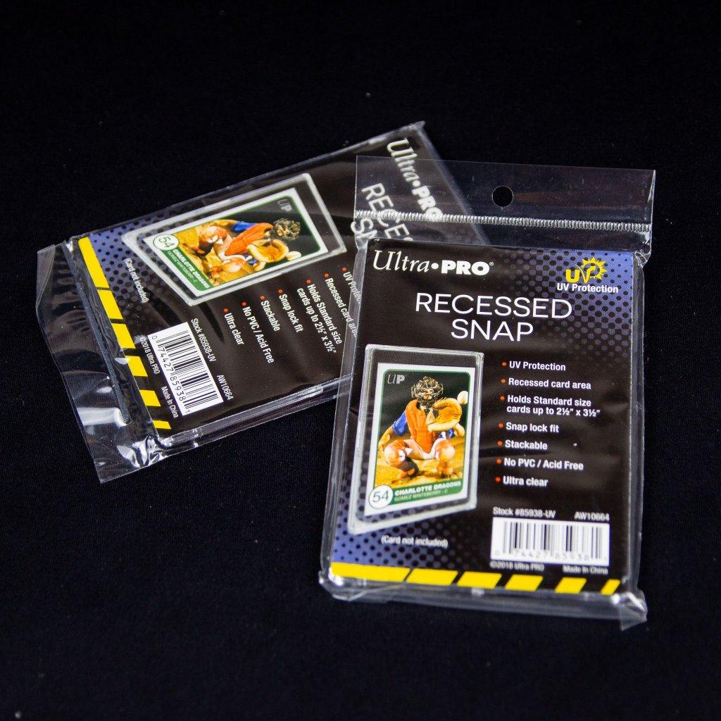 Držák na karty UV Recessed Snap Card Holder (Ultra Pro)