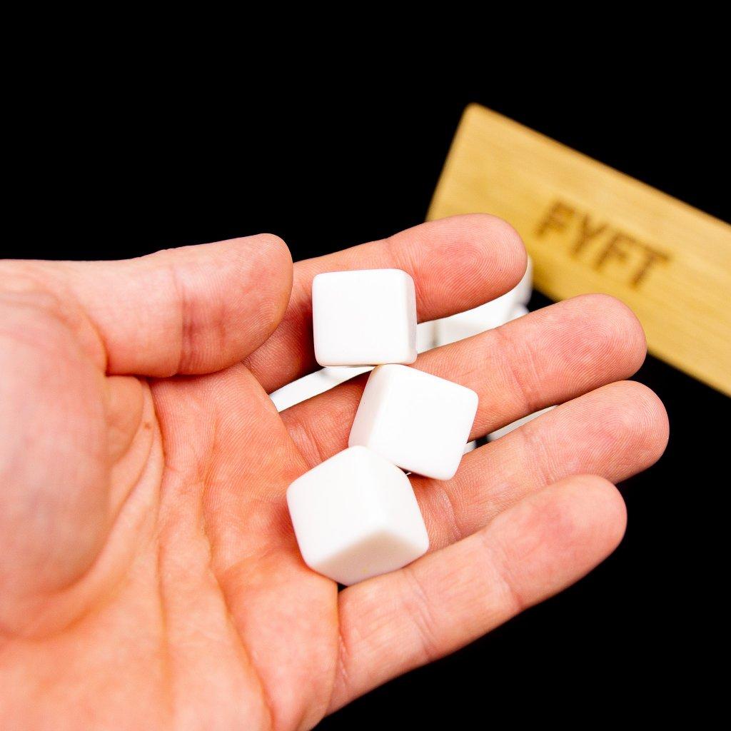 Bílé kostky bez čísel (15 ks) 16mm