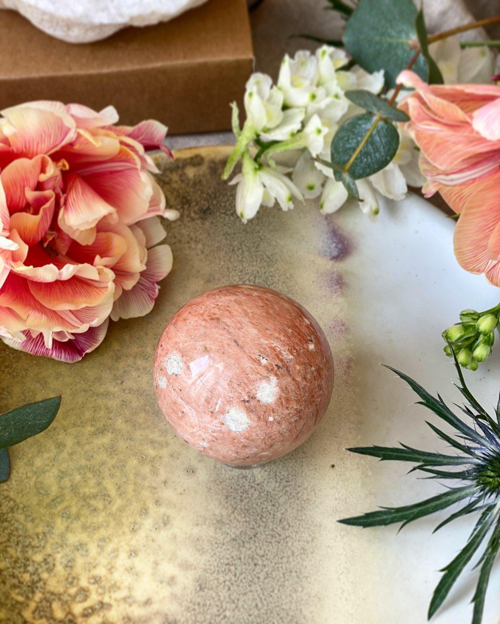 Růžový měsíční kámen koule Madagaskar