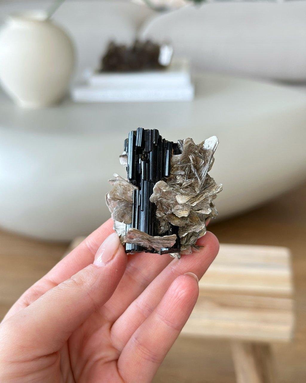 Nerost surový turmalín krystalický Brazílie 139g