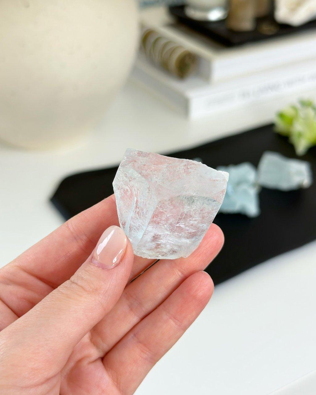 Luxusní akvamarín surový krystal ukončený AAA Pákistán