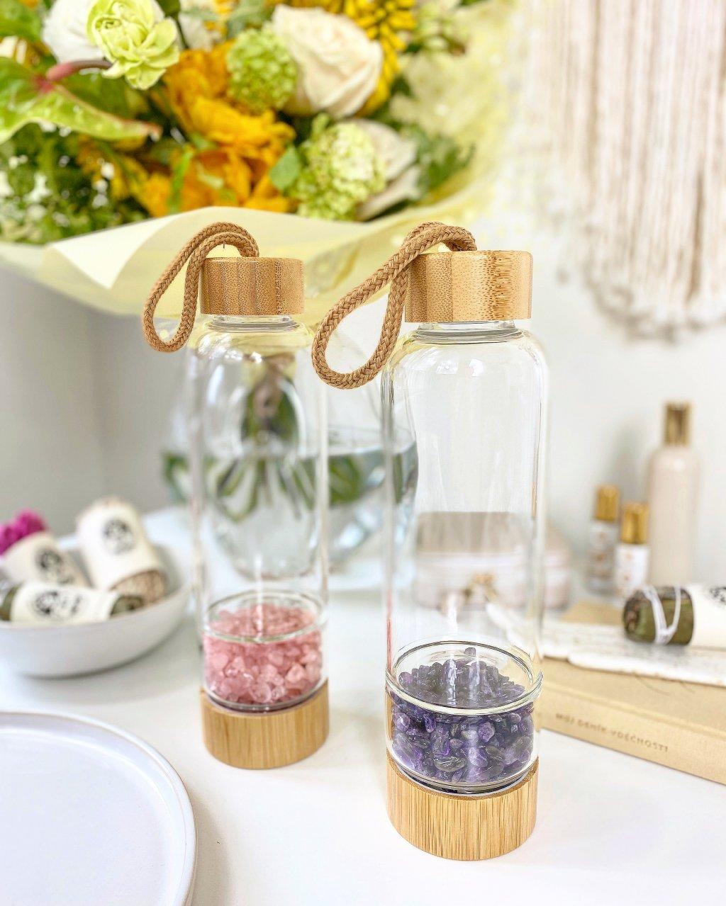 Skleněná lahev s minerálem růženín