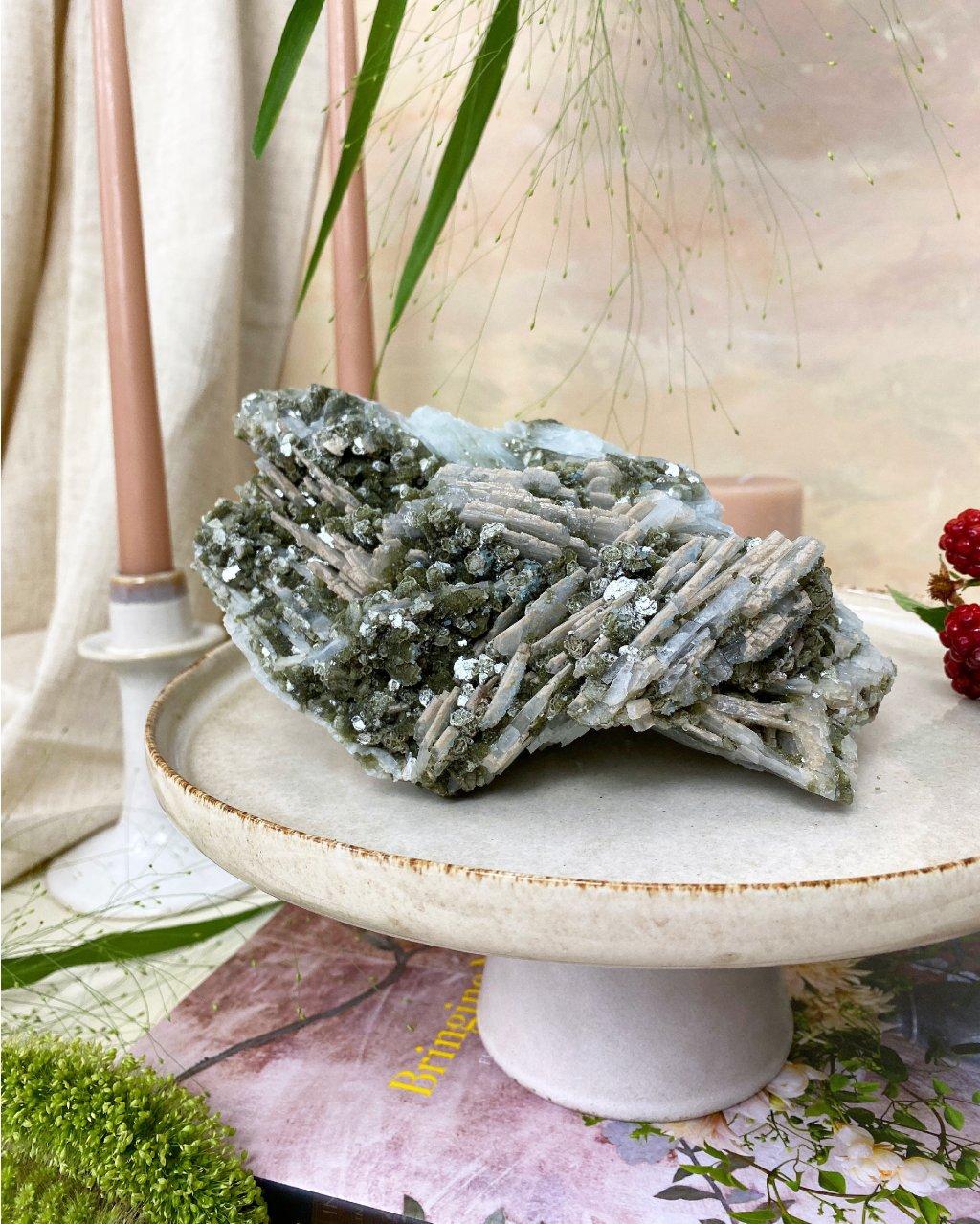 Minerál apatit, albit a muskovit drúza Brazílie 1,7kg