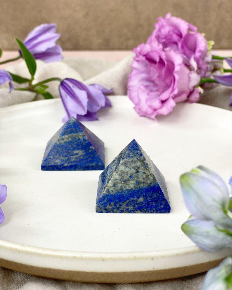 Broušená pyramida lapis lazuli