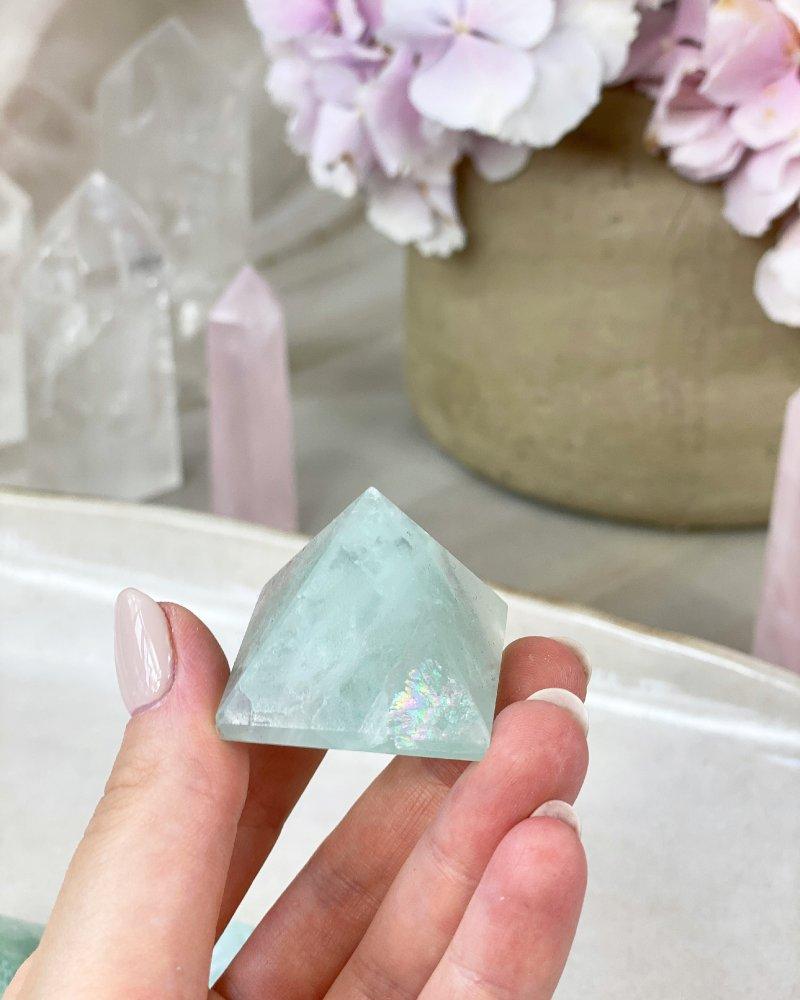 Kamenná pyramida fluorit světlý 3cm