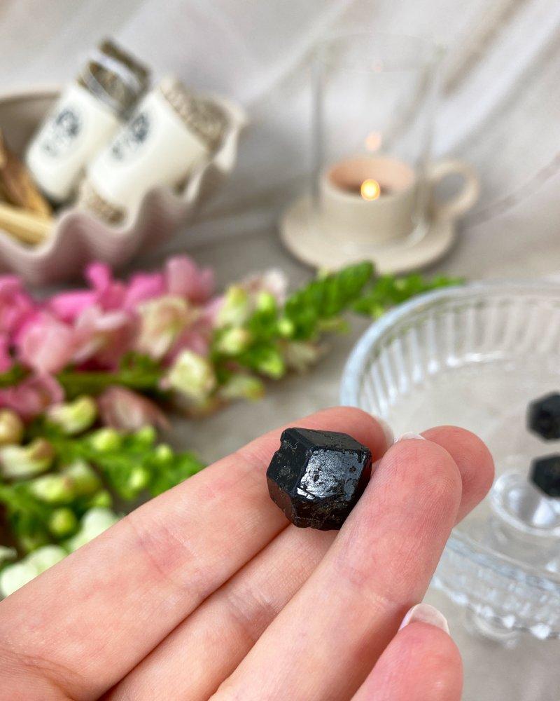 Polodrahokam granát krystaly melanit Mali 1,5cm
