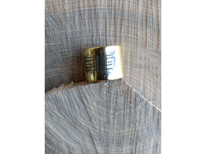 Mosazný prsten s geometrickou rytinou