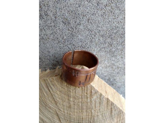 měděný prsten s rytinou