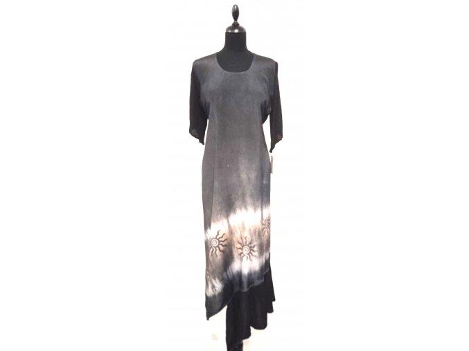 černé šaty s krešovaným rukávem a volánem