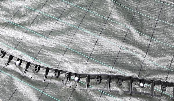 Čím je lepší kotvit plastové obrubníky – plastové nebo ocelové hřeby?