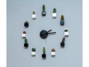 Hodiny z magnetických květináčů s kaktusy, černá