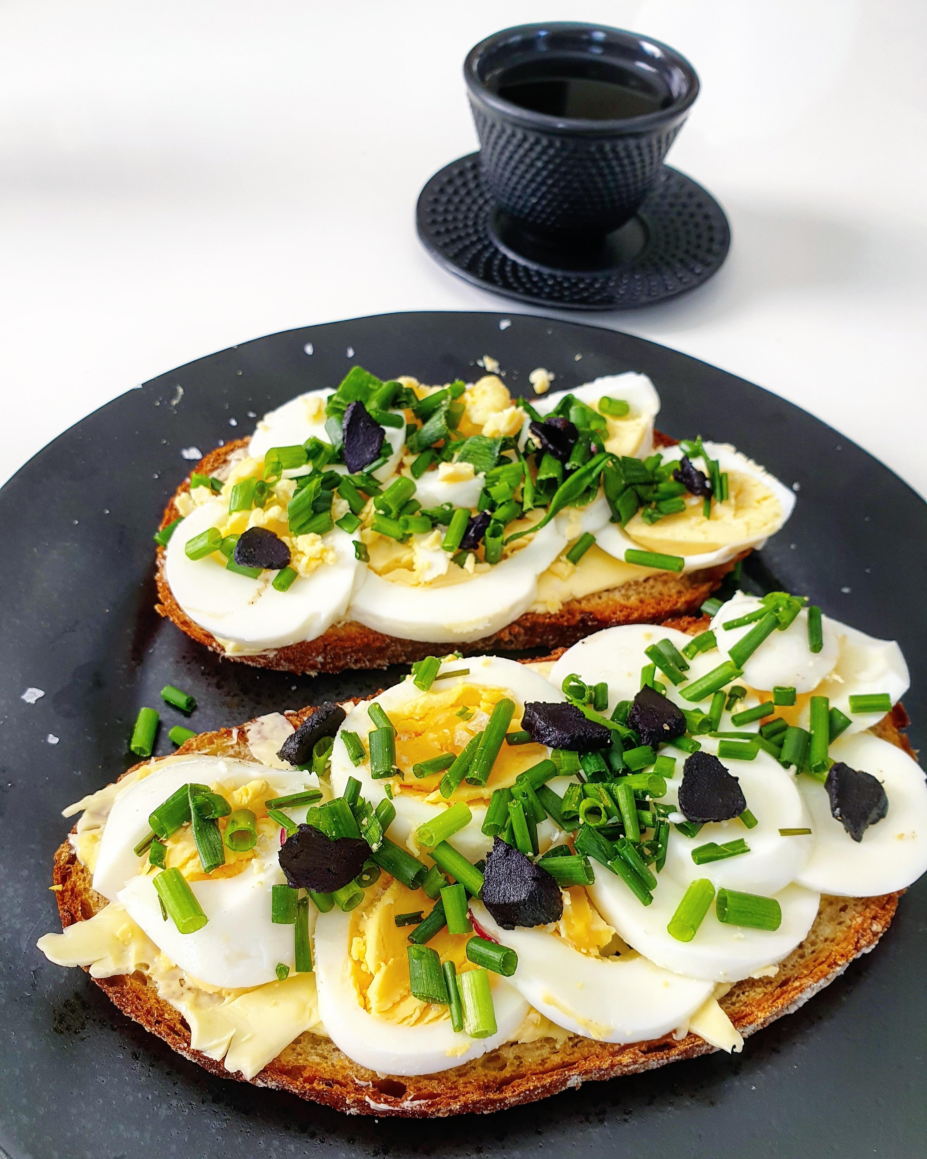 Kváskový chléb s vajíčky a černým česnekem