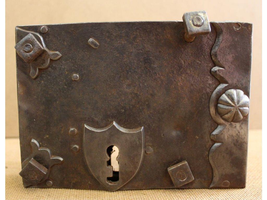 Starý kovaný zámek x121 5