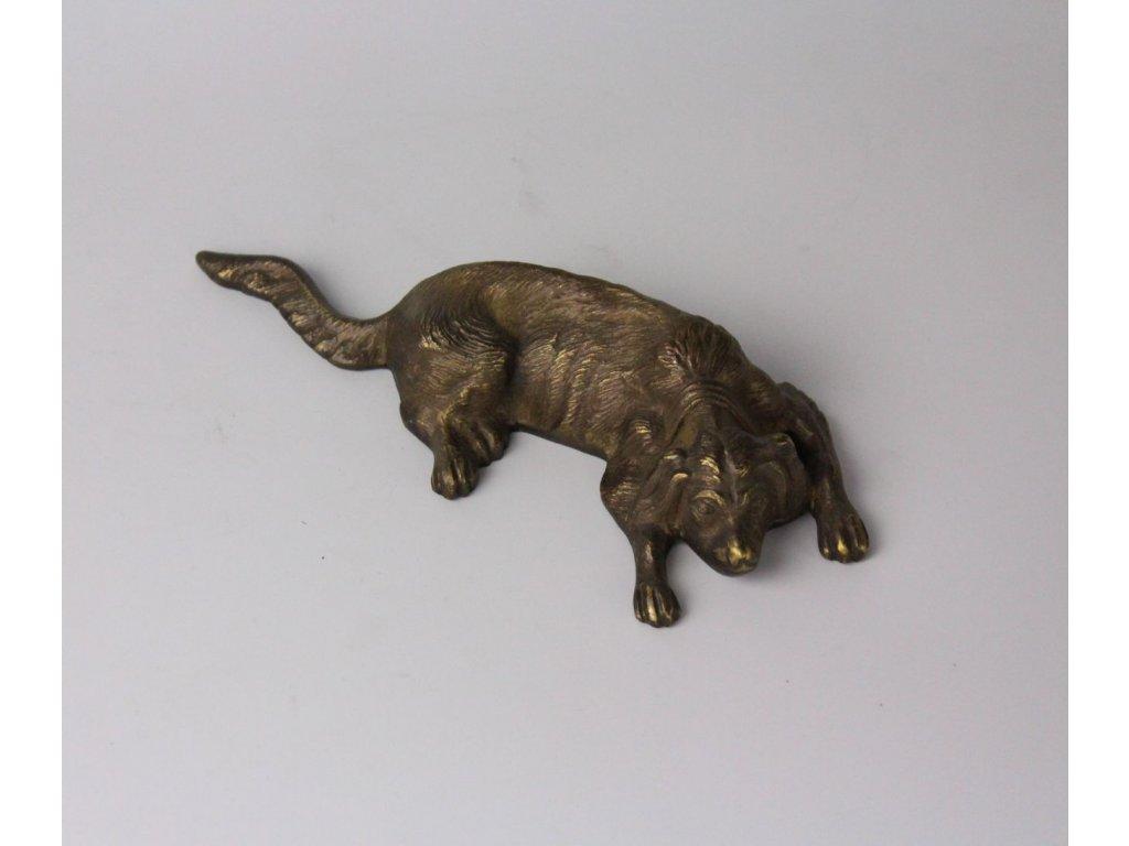 Soška ležícího psa bronz x8085