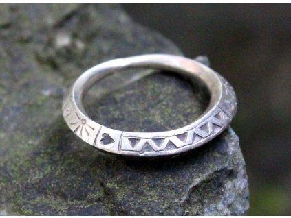 Starý stříbrný prsten s ornamenty v52 x1629 (4)