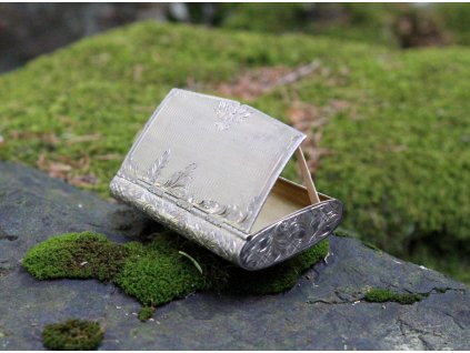 Stará stříbrná gravírovaná šňupka krabička na tabák x1633 (2)