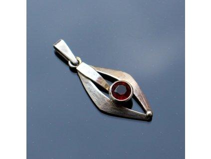 Stříbrný přívěsek červený kámen (2)