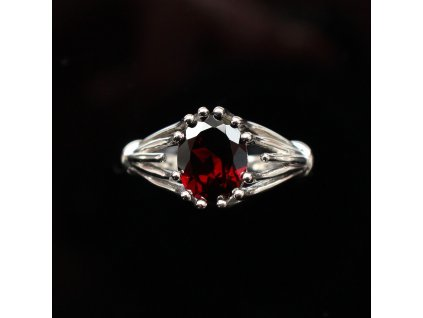 Stříbrný prsten s granátem v53
