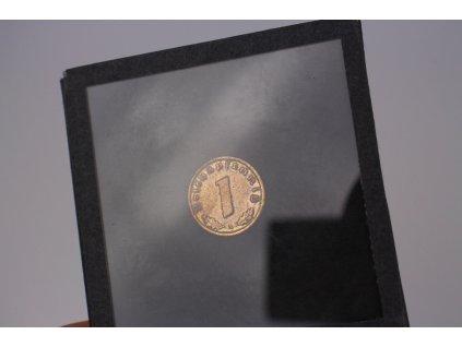 1 Reichspfennig 1938 ve skleněné destičce