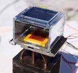 Pitnou vodu lze získávat ze vzduchu s pomocí solárního panelu a miniaturního odvlhčovače