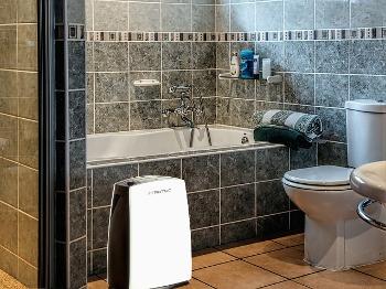 Odvlhčovač Trotec TTK 29 E v koupelně
