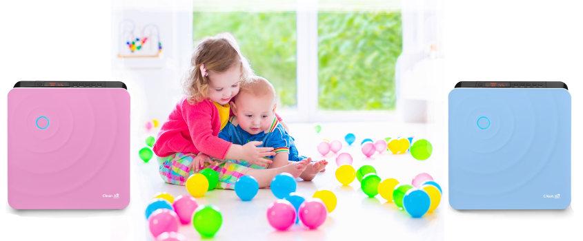 Malé děti si hrají s balonky vedle pračky vzduchu a zvlhčovače vzduchu