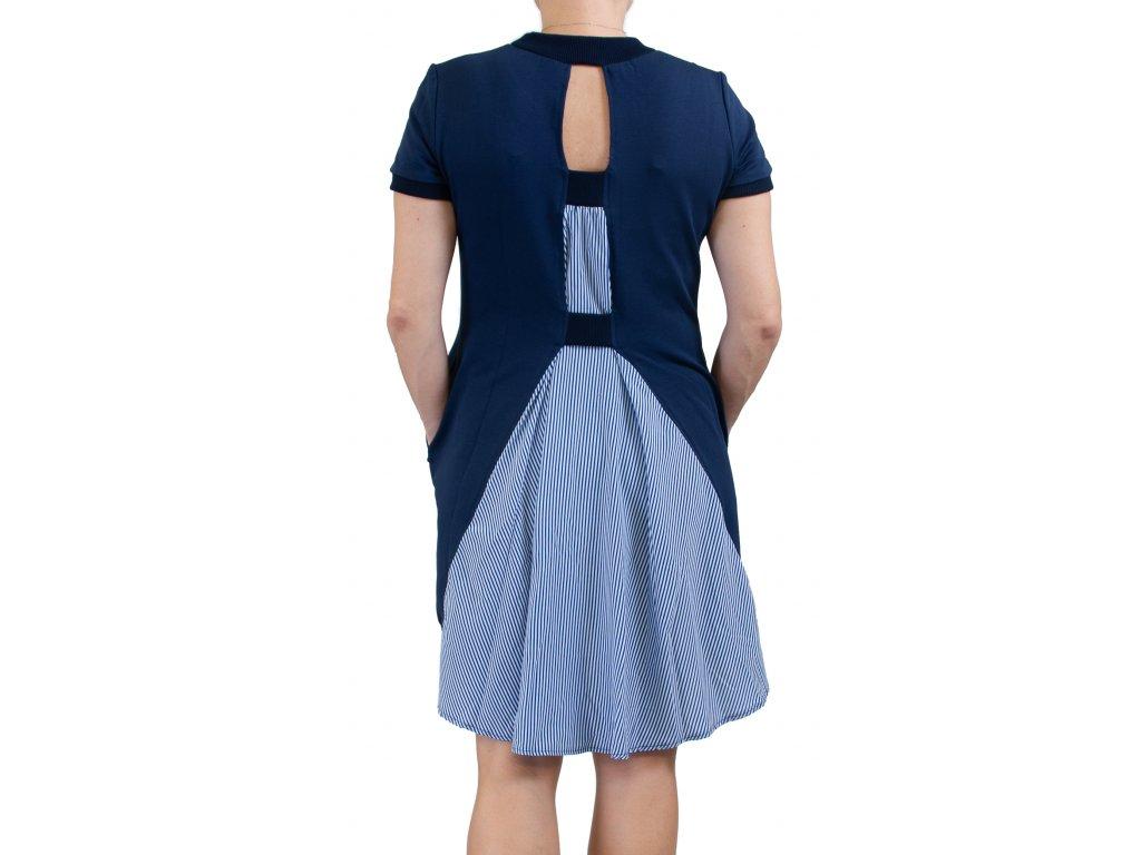 Šaty s pruhovanou vlečkou