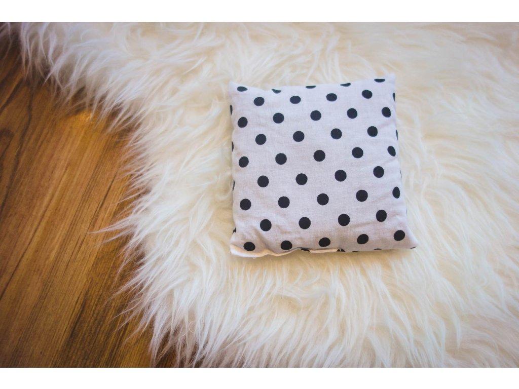 pohankový polštářek - černý puntík