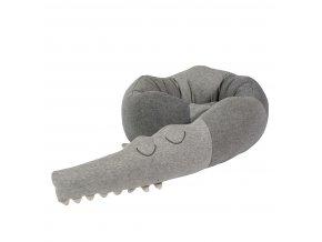 pletený polštář spící krokodýl