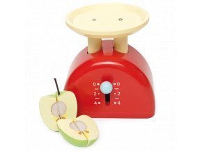 váha dřevěná s rozkrájeným jablíčkem