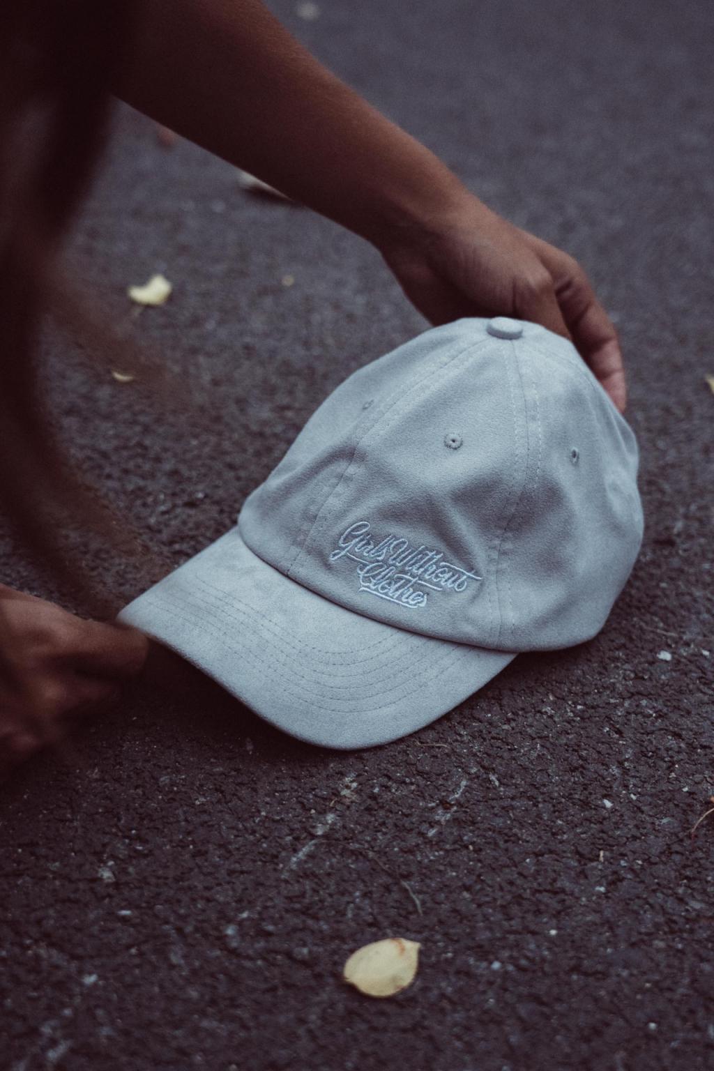 Semišová sv. šedá Dad Hat s velkou typo