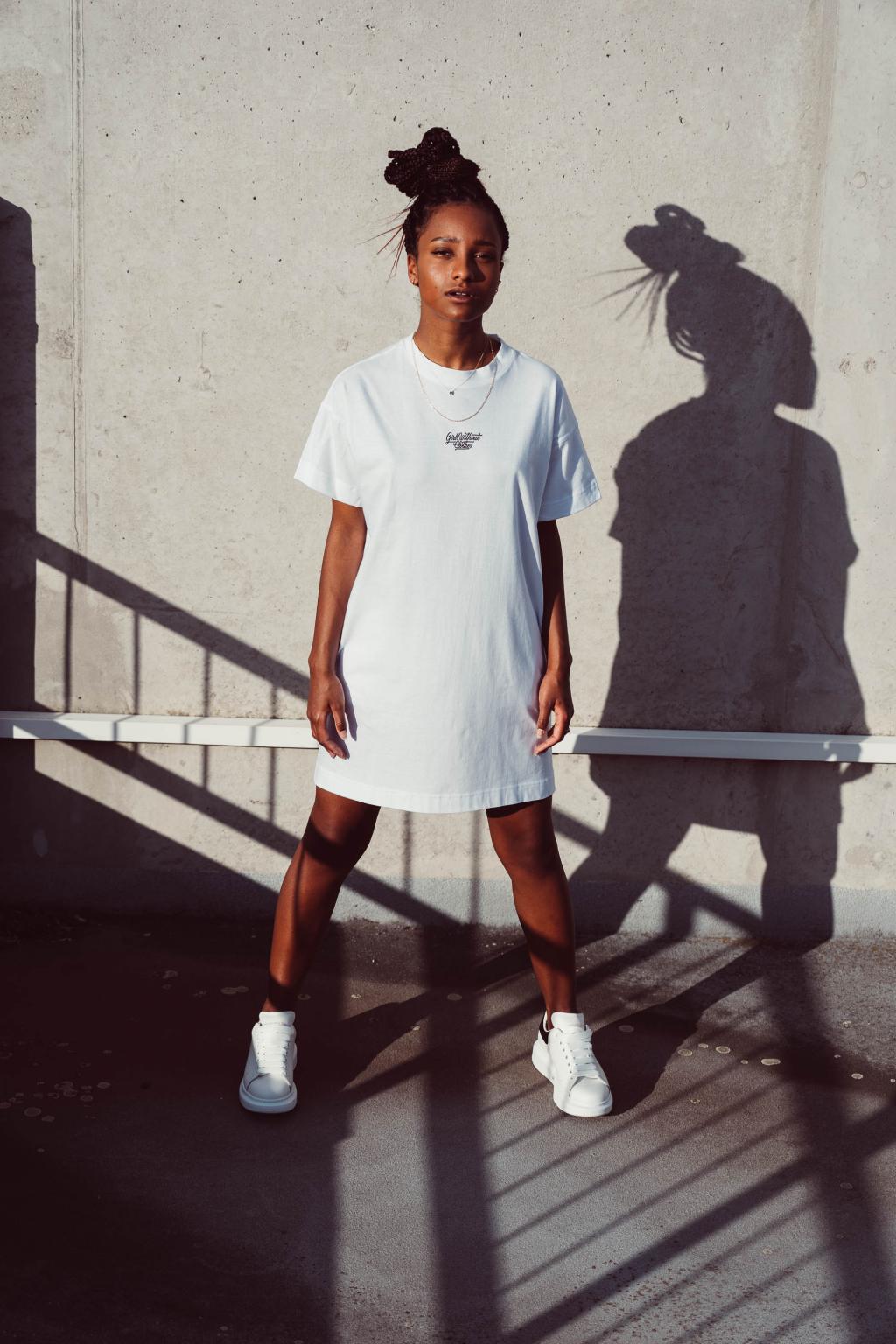 Krátké bílé trikošaty malá typo