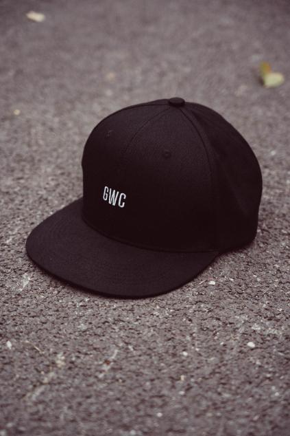 Černá snapback s rovným kšiltem GWC